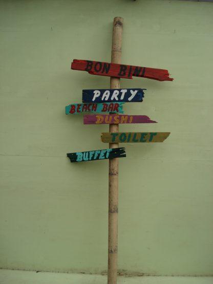 Foto van Caribische wegwijzer op bamboepaal