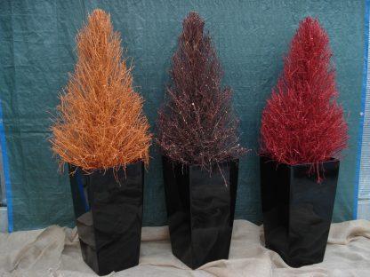 Foto van Gekleurde houten kerstbomen in vaas