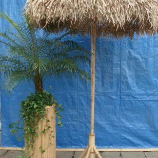 Foto van Rieten parasol met driepoot